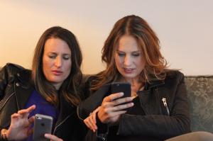 Camille Cottin et Éloïse Lang lisent les insultes sur Connasse sur le net [...]